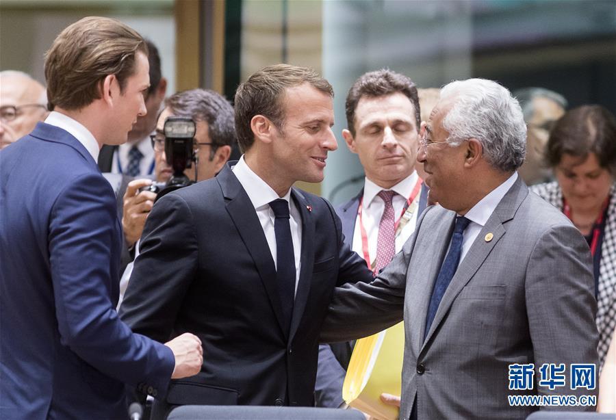 欧盟峰会花絮:比利时总理向英国首相赠送球衣