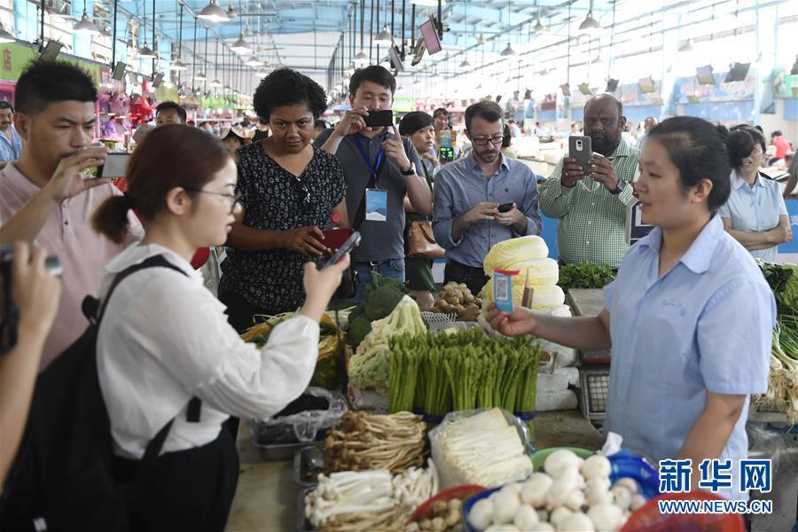 """""""一带一路""""国家媒体团访问杭州 体验移动支付便利"""