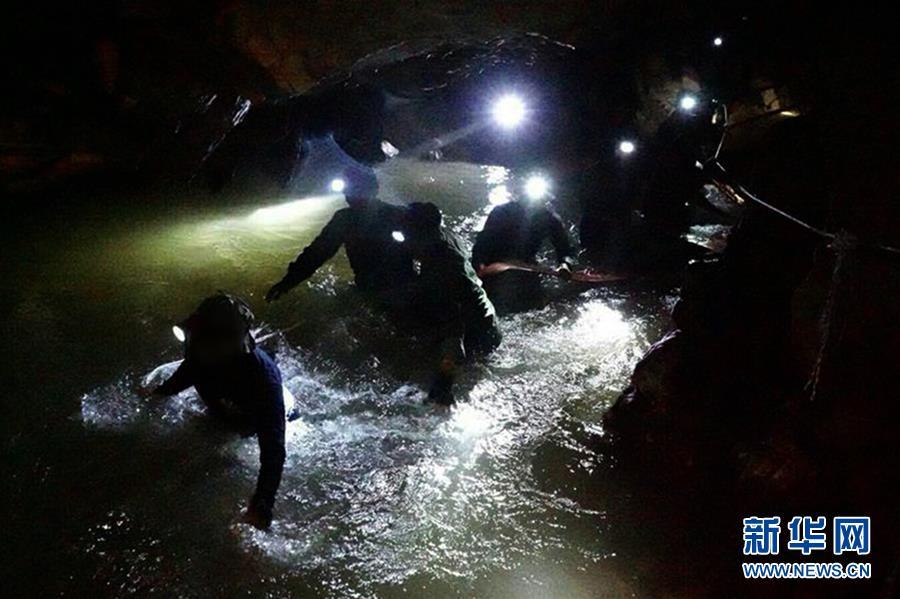 """搜救泰国少年足球队:洞穴内""""探险""""后失踪"""