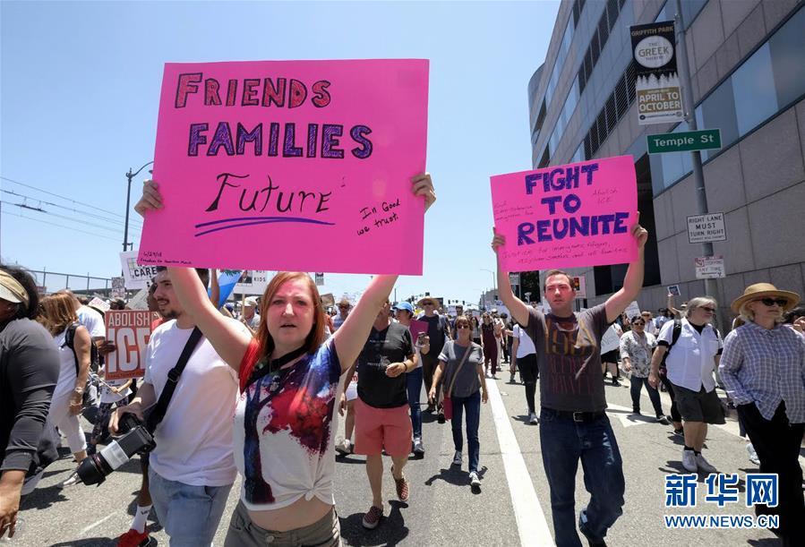 洛杉矶万人游行抗议美政府移民政策