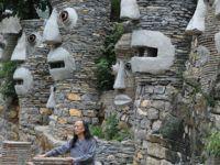 """79岁老人打造""""魔幻城堡"""""""
