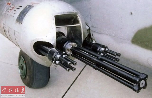 """GUV-8700机枪吊舱的设计初衷是为苏军(俄军)武直提供对地压制火力,特别是反制步兵以及轻装甲目标。其内置有一挺四管12.7毫米Yak-B加特林机枪(米-24D机头炮塔也有搭载),最大射速每分5000发;此外还搭载有2挺四管7.62毫米GShG加特林机枪,每挺最大射速6000发;这意味着每个吊舱可在一分钟内倾泻1.7万发弹药,是名副其实的""""弹幕火河""""。"""