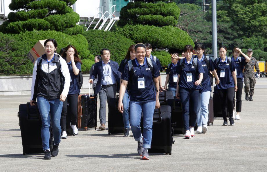 这支由50名男女运动员组成的代表团由韩国统一部长官赵明均率领。这是自金正恩和特朗普上个月举行峰会以来,韩国官员首次访问平壤。(图片来源:路透社)