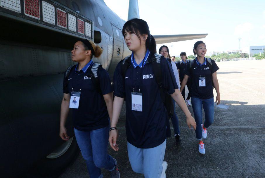韩方代表团由韩国国家队选手50人、政府代表团5人等共101人组成。其中,政府代表团成员包括文化体育观光部次官卢泰刚、大韩体育会会长李起兴等。(图片来源:路透社)