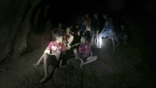 英媒:泰国失踪足球队寻获 被困少年重见天日或需4个月