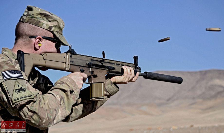 如果无法做到消声效果,那特战队员为什么还经常使用它呢?其实消声器的主要作用是保护枪手听力(在室内作战时尤为重要),另外消声器能够在一定程度上降低射击时后坐力造成的枪口上扬现象,提升射击时的命中精度(还能抑制开火时的枪口焰,避免暴露目标,但会对射程有不利影响)。图为美军士兵使用加装消声器的SCAR突击步枪射击瞬间。