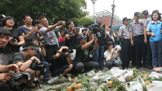 台湾农民抗议水果价格崩盘 台当局冷漠回应:种地要聪明点