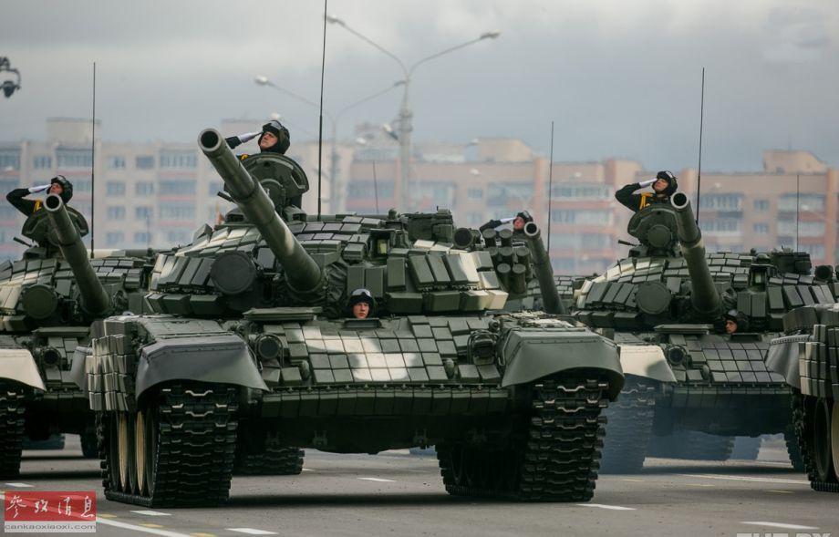 参加阅兵的白俄陆军T-72B主战坦克方队,配备的还是早期型爆反装甲。