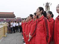 中国女排在天安门广场观看升国旗仪式