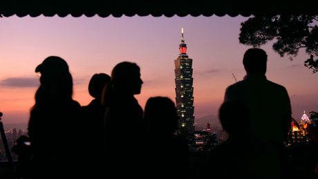 """台媒:低薪""""闷了""""多年 台湾年轻人越来越反感民进党"""
