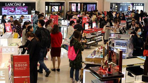 港媒:买一个LV包只差600元 内地人还会到香港购物吗?