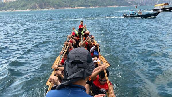 """香港龙舟赛上有一队盲人""""黑武士"""" 美媒:挑战不可能!"""