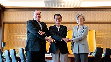 日美韩三国外长会议在东京举行