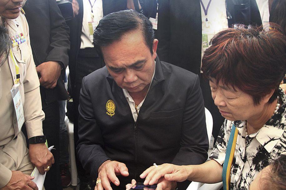 泰国总理巴育看望普吉岛游船翻沉事故伤者和遇难者家属