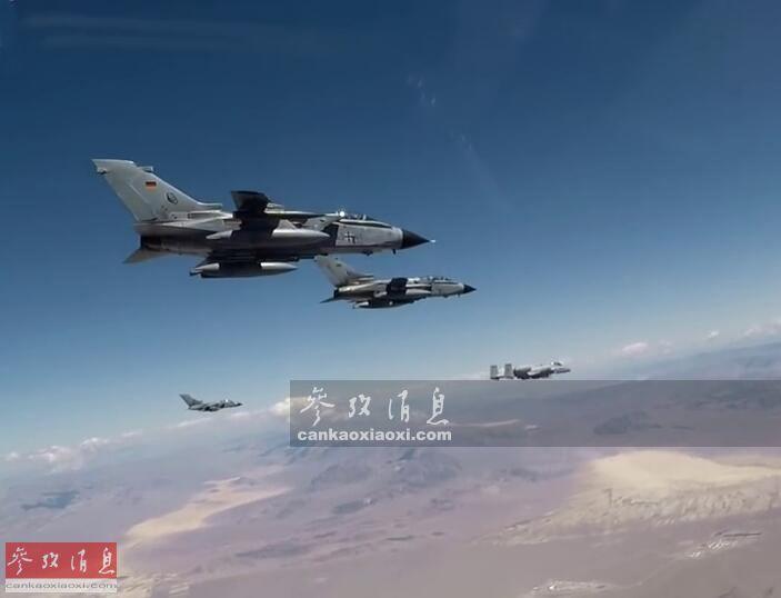 """近日,隶属于德国空军第31战术联队的""""台风""""战争机、第33战术联队的""""狂风""""攻击机与美空军A-10C部队在美国内华达州参加了""""绿旗""""联合实弹军演。图为德军""""狂风""""与美军A-10C攻击机编队飞行。23"""