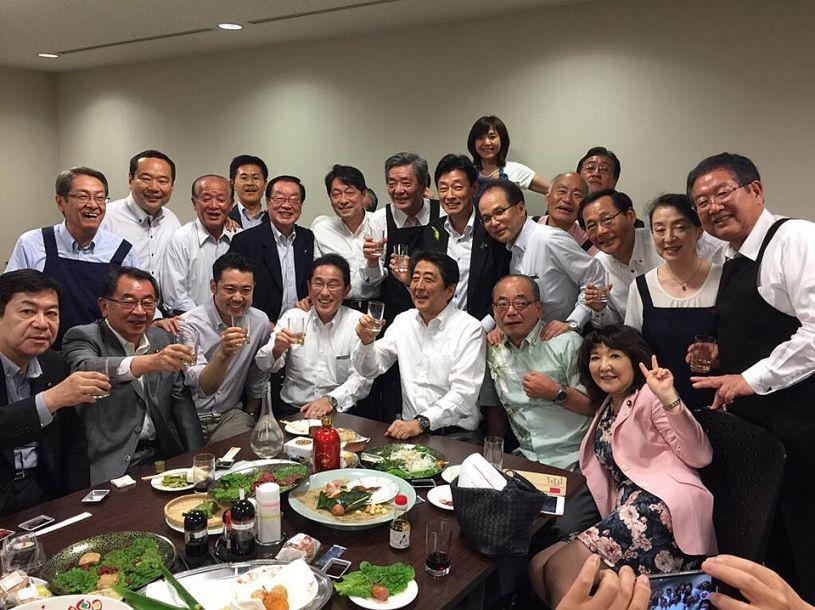 近日受台风和梅雨季节影响,日本部分地区近日遭遇史无前例的大暴雨,伤亡人数不断上升。此外有人在社交媒体爆料称,5日降雨严复时,安倍正在饭店与年轻议员们大开晚宴,交流感情。事件的曝光引发民众对政府应对不力的批评。26