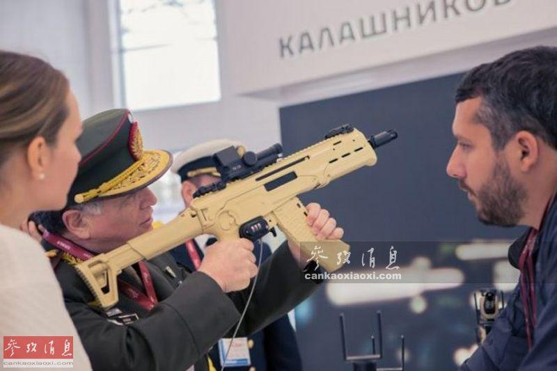 AM-17首次公开亮相实际是在2016年8月的俄军防务展上,图为外军高官体验AM-17原型枪,可见当时还摘用的是沙漠色涂装。