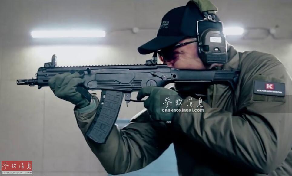 """近日,俄著名枪械巨头——卡拉什尼科夫集团推出了最新AM-17紧凑式突击步枪(另称卡宾枪),从其简洁时髦的外形可看出和传统的俄制轻武器已有很大不同。此外为推销该枪,卡氏集团还特邀前美军""""三角洲""""特战队员、轻武器专业顾问拉瑞·维克斯(Larry Vickers)做评测,本图集就此简析。图为拉瑞试射AM-17步枪。14"""