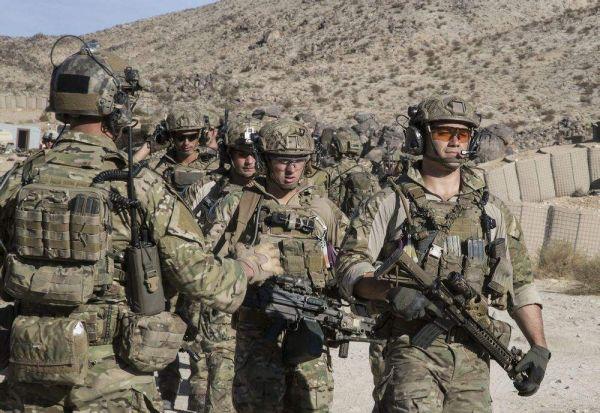 图为正在训练的美国陆军士兵