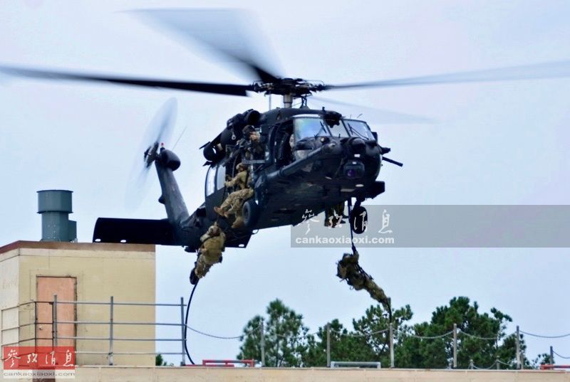 """近日,以美国为首的北约13国特战部队在波罗的海地区举行了代号""""特洛伊足迹""""的联合特战军演,内容几乎涵盖了海陆空全领域,针对俄军意味十足。图为波兰GROM特战队员从隶属于美陆航第160特种航空团的MH-60K特战直升机上索降至屋顶。2"""