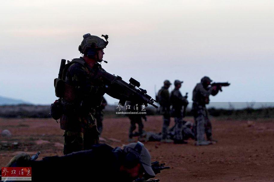 该军演由驻欧美军特战司令部主导,目的是训练北约多国特战部队在实战环境下的协同作战能力。图为参演的北约特战队员,可见手持捷克制CZ 805突击步枪,背景模糊可见几名美军特战队员。