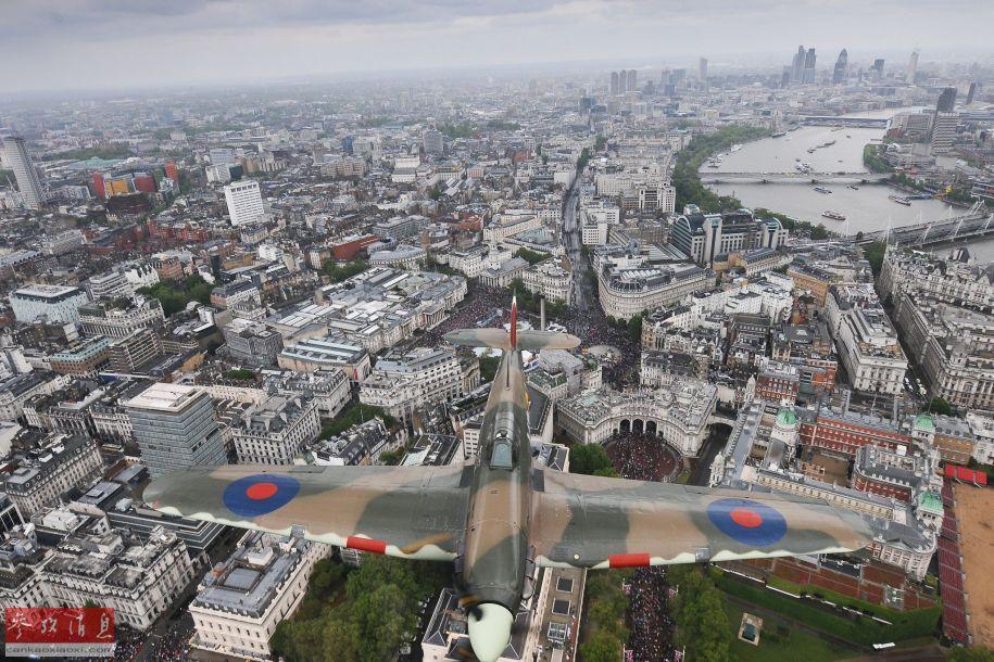 """二战名机""""喷火""""战机飞越伦敦上空,该型机是二战期间,不列颠空战的""""功臣""""之一。"""