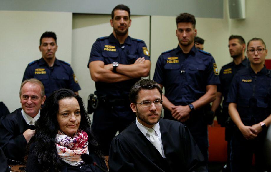 """2011年11月,组织成员博恩哈特及蒙德洛斯,在德国图林根州爱森纳赫一次银行抢劫失败后,双双开枪自杀,被发现陈尸于烧毁的犯案车辆中,并搜获德国女警谋杀案的犯案枪支。4天后,组织的核心成员切佩向警方自首,""""地下国社""""骇人听闻的犯罪行径才终于公之于世。"""