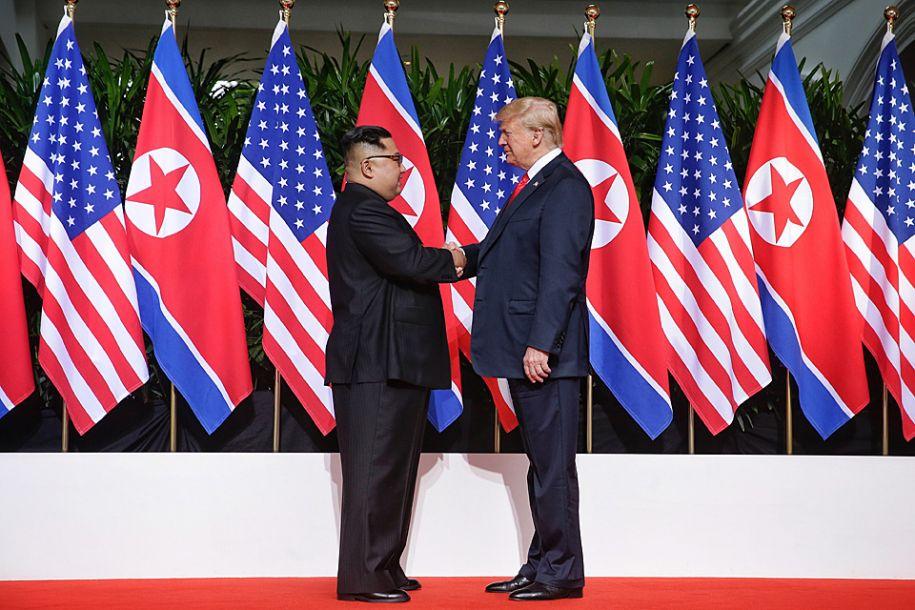 最后,金正恩表达了对于朝美关系改善取得跨时代进展的坚定信心,并表示这将使两人下一次的会面早日来来。(图为6月12日,朝鲜最高领导人金正恩(左)与美国总统特朗普在新加坡举行会面的资料图。新华社发)