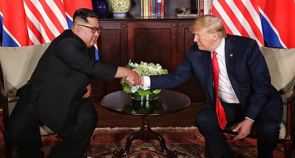 金正恩称,自己与特朗普坚定的意志、真诚的努力和特殊的方法,定能促成朝美关系迈向新纪元。金正恩也表示,期望在未来摘取实际行动的过程中,能进一步加深特朗普坚定的信任和信心。(图为6月12日,朝鲜最高领导人金正恩(左)与美国总统特朗普在新加坡举行会面的资料图。新华社发)