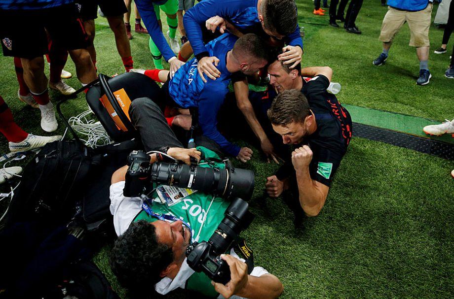 据英国广播公司网站7月12日报道,在7月11日举行的俄罗斯世界杯半决赛中,克罗地亚队以2-1击败英格兰队。当克罗地亚队在加时赛下半场打进致胜入球时,球员立刻开始在球场上疯狂奔跑,他们冲向彼此,在球场的不同角落拥抱。不过,最疯狂的几个球员是在他们进球的那边球门后底线的一角。那里通常是摄影记者们坐的地方——他们守在那里是为了以最好的角度拍照可能发生的进球。5