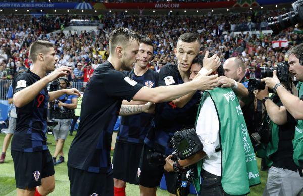 幸运飞艇定位规律:世界杯花絮:记者意外被球员叠罗汉_拼了老命拍到珍贵照片