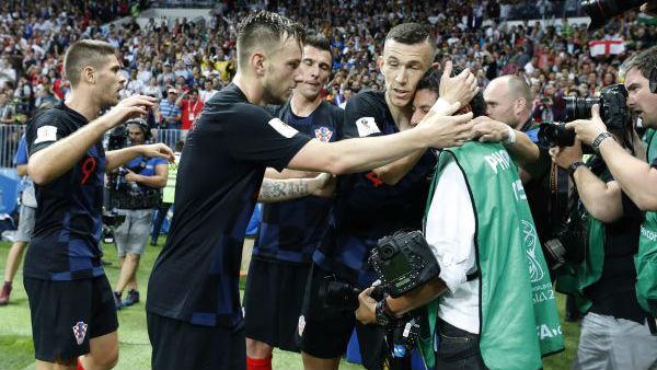 世界杯花絮:记者意外被球员叠罗汉 拼了老命拍到珍贵照片