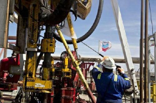 """贸易战致国际油价""""大跳水"""" 有色金属价格持续走低"""