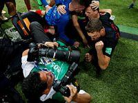 摄影记者被狂喜的克罗地亚球员扑倒:感觉自己成了球队一员