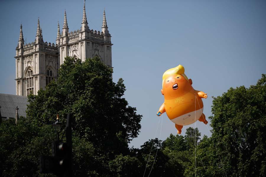 """7月13日,抗议者在英国议会大厦附近,将一个巨大的""""特朗普宝宝""""的充气气球放飞升空,以抗议特朗普对英国争议性的访问。"""