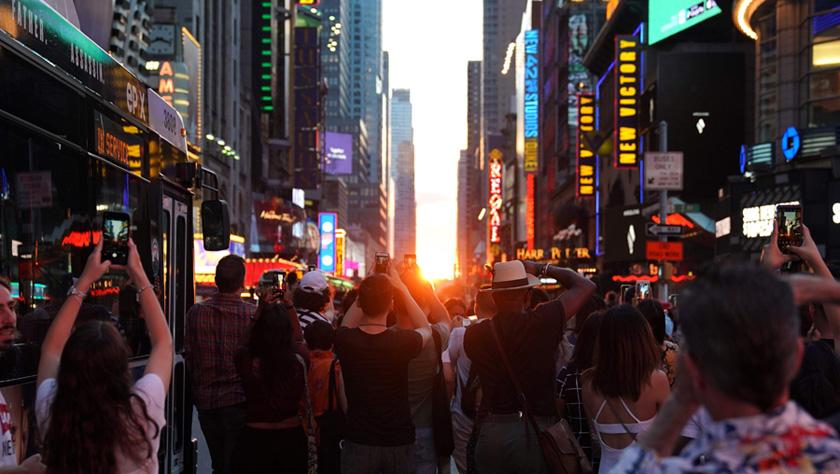 """""""曼哈顿悬日""""再现 路人蜂拥围观致交通瘫痪"""
