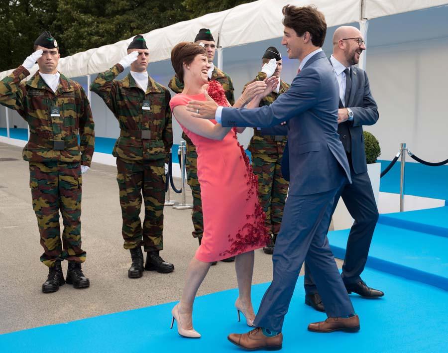 皮一下!特鲁多故意绕过比利时首相 和其女友热情拥抱