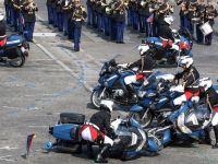 """尴尬!法国国庆阅兵仪式出状况 两辆摩托""""撞车了"""""""