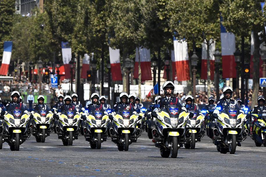 好尴尬!法国国庆日阅兵式失误连连 马克龙微微一笑