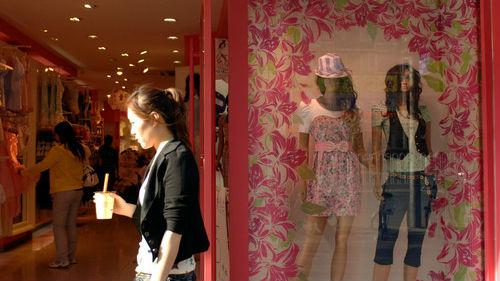 """用旧衣服造新商品!港媒:内地时装零售商流行""""绿色环保"""""""