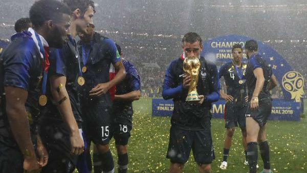 这个球员有些不同:法国队夺冠格列兹曼却身披乌拉圭国旗