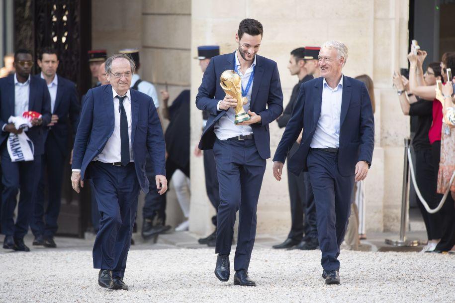 巴黎爱丽舍宫:法国总统马克龙与夫人迎接法国队凯旋