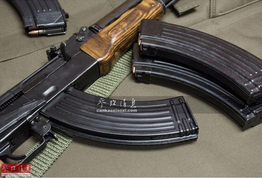 玩过射击游戏《绝地求生》的童鞋,使用AKM时可能都会觉得30发(弹药)的标准弹匣不够打,即使是长弹匣也只有40发。图为AK-47步枪与其标志性的香蕉形(弧形)弹匣,很多人已将二者组合看作是死亡的象征。