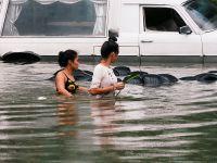 菲律宾遭遇暴雨天气 人们涉水前行