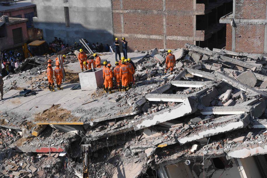 印度两栋楼房一起倒塌 至少2人死亡20多人被埋