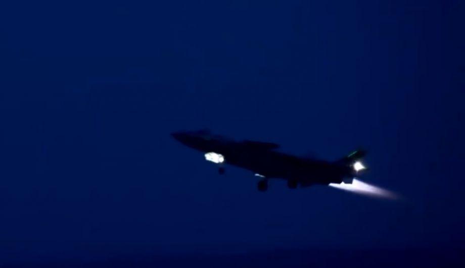 夜间拍摄的歼-20开加力起飞瞬间。