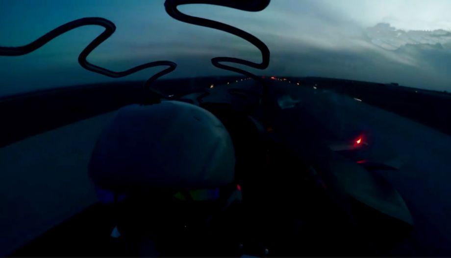 座舱视角拍摄的歼-20飞行员特写,可见佩戴有新型头盔瞄具,舱盖上方可见爆破索,用于紧急逃生时,飞行员穿盖弹射。