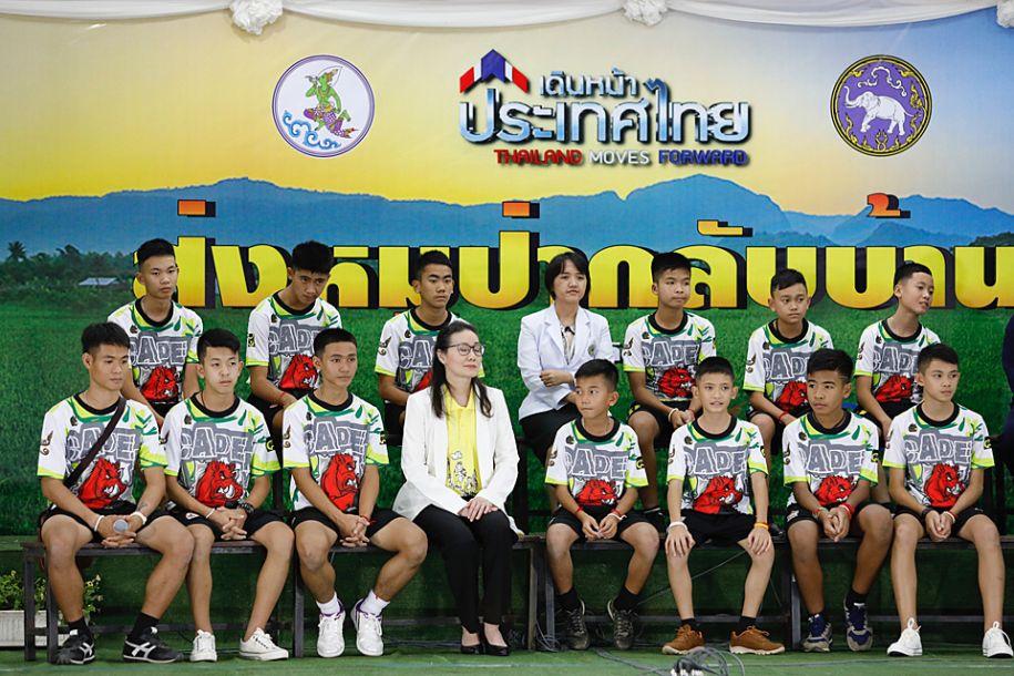 泰国少年足球队山洞获救后首次露面 讲述被困和获救经历