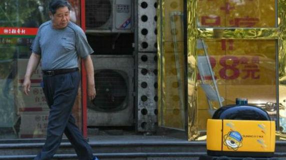 外媒称快递机器人已在中国上岗:满载货物悠闲驶向目的地