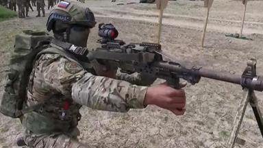 一包连射500发!俄机枪手配背包式弹箱